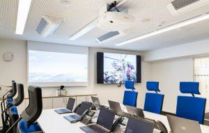 Medientechnik im Lagezentrum der Polizei in München Epson Beamer Projektion